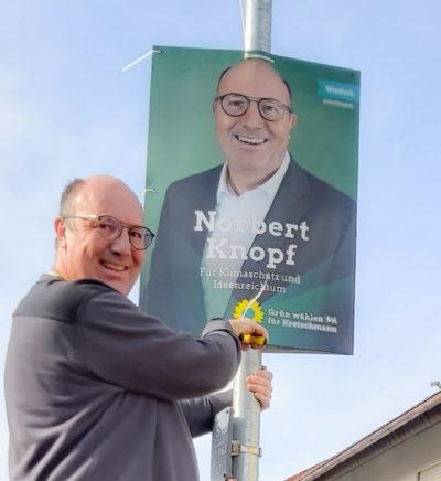 Norbert Knopf beim Plakate aufhängen